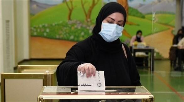 سيدة تدلي بصوتها في انتخابات مجلس الأمة الكويتي (تويتر)