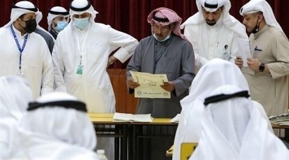 جانب من فرز الأصوات في الانتخابات البرلمانية بالكويت (تويتر)