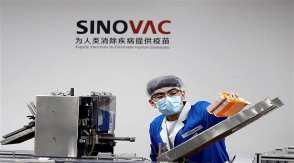 عامل في أحد معامل شركة سينوفاك الصينية لإنتاج اللقاحات (أرشيف)