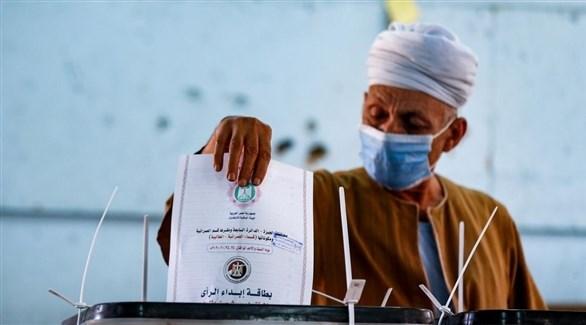 مواطن مصري يدلي بصوته خلال انتخابات مجلس النواب (أ ف ب)