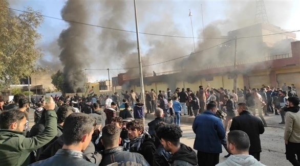محتجون غاضبون يحرقون مقار حزبية في السلمانية (تويتر)