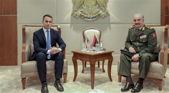 قائد الجيش الوطني الليبي خليفة حفتر ووزير الخارجية الإيطالي لويجي دي مايو (أرشيف)