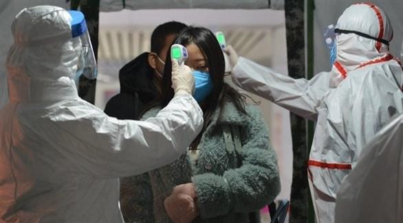 عاملان في المجال الصحي يتأكدان من حرارة صينيين (أرشيف)