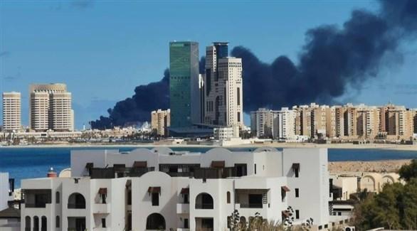 دخان كثيف يتصاعد من السفينة التركية التي قصفها الجيش الوطني الليبي (تويتر)