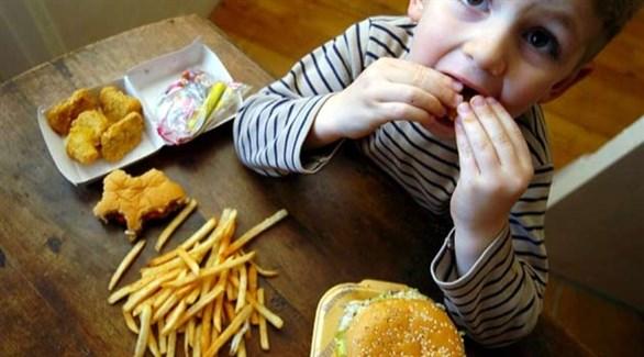 طفل يتناول وجبة سريعة (أرشيف)