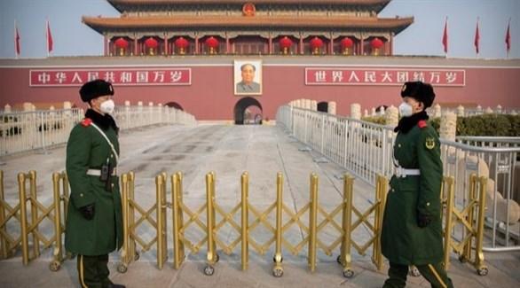 عسكريان صينيان أمام أسوار المدينة المحرمة في بكين (أرشيف)