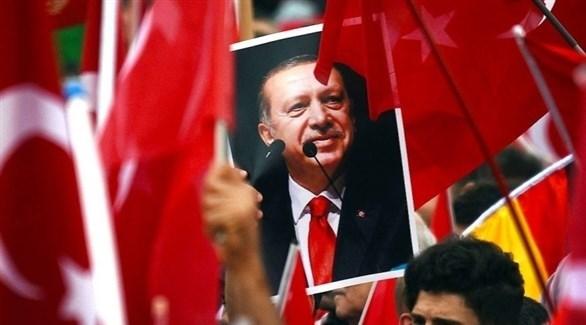 متظاهرون يرفعون صورة لأردوغان (أرشيف)