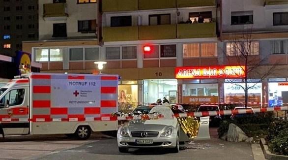 سيارة إسعاف أمام أحد المقاهي المستهدفة في ألمانيا (أنسا)