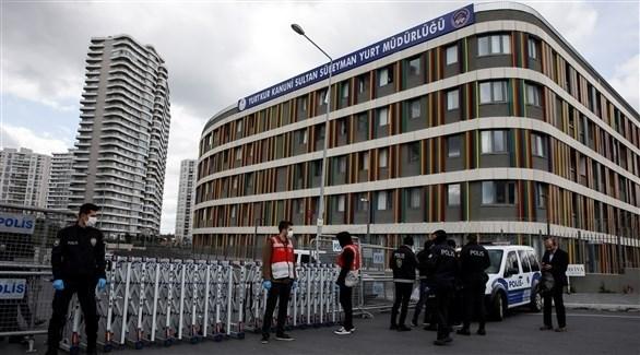 عناصر من الشرطة التركية أمام مستشفى لعلاج المصابين بكورونا (رويترز)