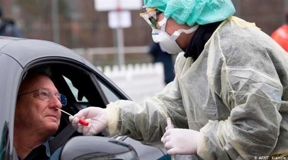 طبيبة ألمانية تفحص رجلاً للتأكد من خلوه من فيروس كورونا (أرشيف)