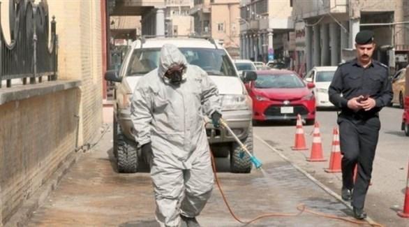 عامل يعقم شارعاً في بغداد (أرشيف)