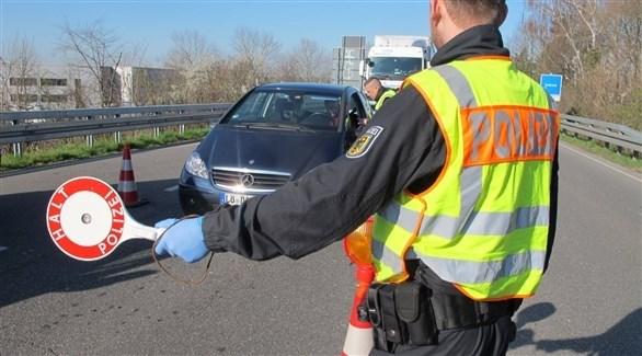شرطي ألماني يوقف سيارة على الحدود مع فرنسا (أرشيف)