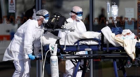 أطباء ينقلون مصاباً بكورونا للمستشفى (أرشيف)
