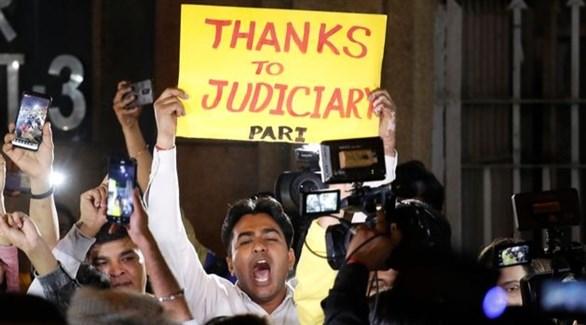متظاهر يشكر العدالة بعد إعدام المغتصبين اليوم في الهند (أب)