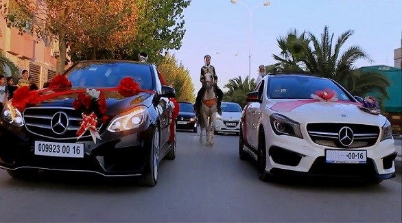 فارس بين السيارات في موكب زفاف بالجزائر (أرشيف)