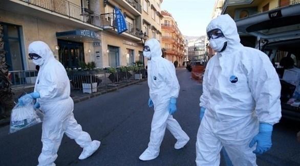 أطباء يرتدون زياً مضاداً للفيروسات يتجولون في شارع بمدينة نيس الفرنسية (أرشيف)