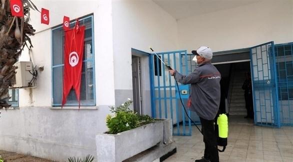 عامل تونسي يعقم مبنى وقاية من فيروس كورونا (أرشيف)
