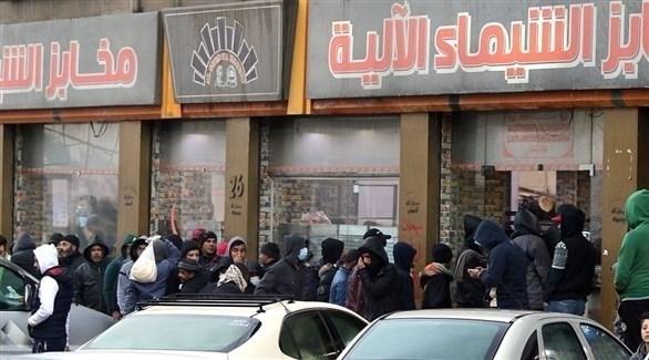 عشرات الأردنيين يتجمعون أمام محل تجاري للتبضع قبل بدء حظر التجول (تويتر)