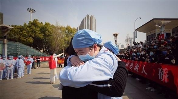 صينيون يتبادلون التهاني بعد انحسار الفيروس (أرشيف)