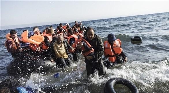 لاجئون يغادرون قارباً مطاطياً (أرشيف)