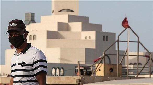رجل يرتدي كمامة أثناء تجوله في الدوحة (أرشيف / أ ف ب)