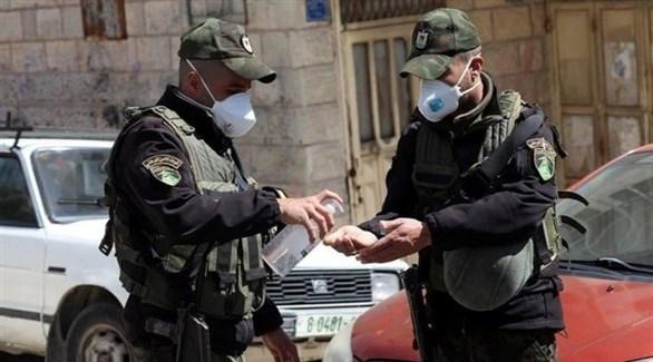 عناصر الأمن تقوم بالتعقيم في فلسطين (أرشيف)
