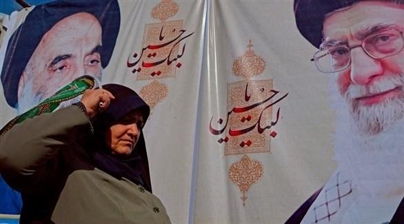 امرأة تسير بجانب صور عملاقة للقادة الإيرانيين (أرشيف)
