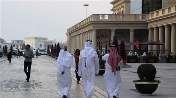 متسوقون ومتجولون في سوق واقف في العاصمة القطرية الدوحة (أرشيف)