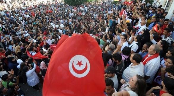 متظاهرون يرفعون علم بلادهم في تونس (أرشيف)