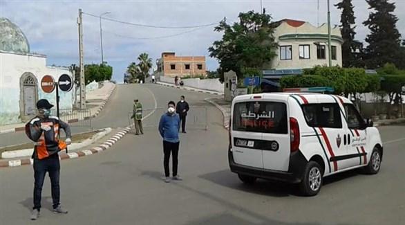 عناصر من الشرطة المغربية في طنجة بعد إعادة إغلاقها (تويتر)
