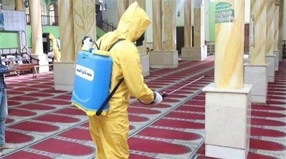عامل مصري يعقم مسجداً في بني سويف (أرشيف)