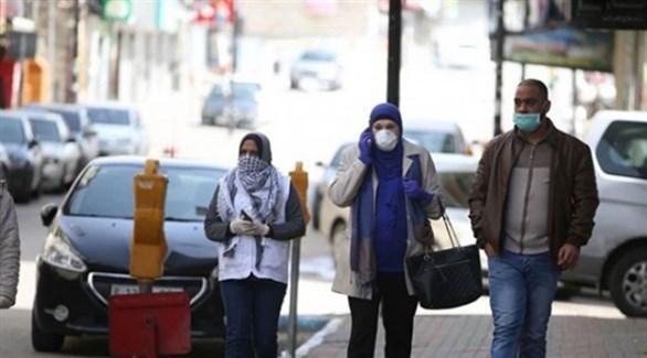 مواطنون فلسطينيون يرتدون كمامات طبية خوفاً من كورونا (أرشيف)