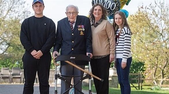 المسن البريطاني توم مور وعائلته (تويتر)
