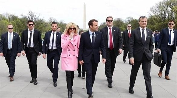 الرئيس الفرنسي إيمانويل ماكرون وزوجته في شان دو مارس بباريس مع حرسه الشخصي (أرشيف)
