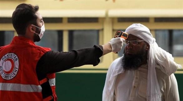 متطوع من الهلال الأحمر الباكستاني يتأكد من حرارة مواطن (أرشيف)