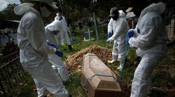 عمال مقبرة يدفنون أحد ضحايا كورونا في البرازيل (أرشيف)