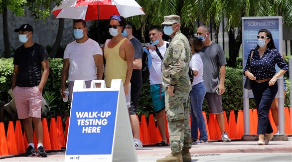 جندي يراقب طابوراً أمام أحد مراكز الفحص في فلوريدا (أرشيف)