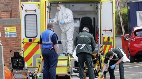 مسعفون بريطانيون يجهزون سيارة إسعاف (أرشيف)