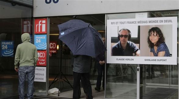 صورة الصحافيين الراحلين على واجهة مبنى ار إف اي وفرانس 24 الحكومية في باريس (أرشيف)