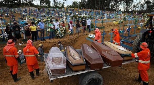عمال في مقبرة برازيلية يستعدون لدفن بعض ضحايا كورونا (أرشيف)