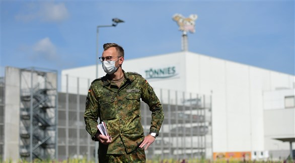 جندي أمام مجزر تانيس الألماني بعد إغلاقه بسبب كورونا (أرشيف)