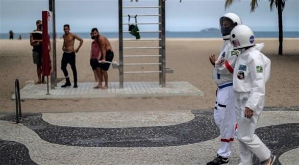 برازيليان بملابس رواد الفضاء في ريود دي جانيرو (اي بي ايه)