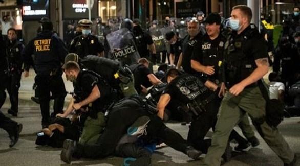 عناصر من الشرطة الأمريكية يعتقلون محتجين (أرشيف)