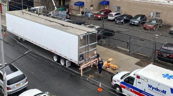 شاحنة تبريد متوقفة أمام مشرحة أمريكية لحفظ جثث موتى كورونا (أرشيف)