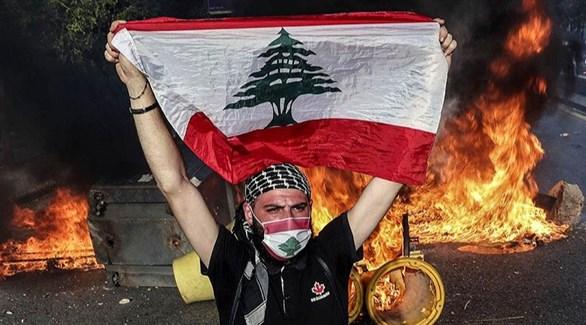 لبناني يرفع علم بلاده في بيروت (أرشيف)