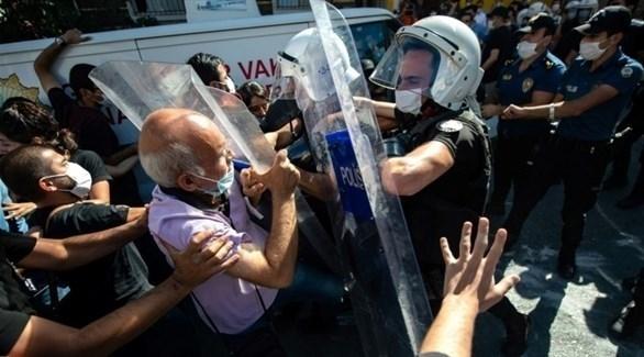 الشرطة التركية تعتدي على مشيعين في جنازة المحامية الراحلة إيبرو تيمتيك (ا ف ب)