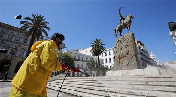 عامل يُعقم ساحة الأمير عبد القادر في وسط الجزائر (أرشيف)