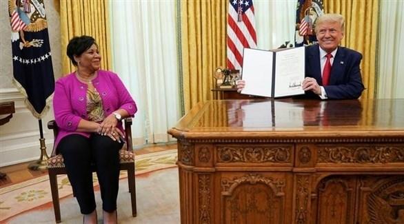ترامب يعرض قرار العفو عن أليس ماري جونسون في المكتب البيضاوي (رويترز)