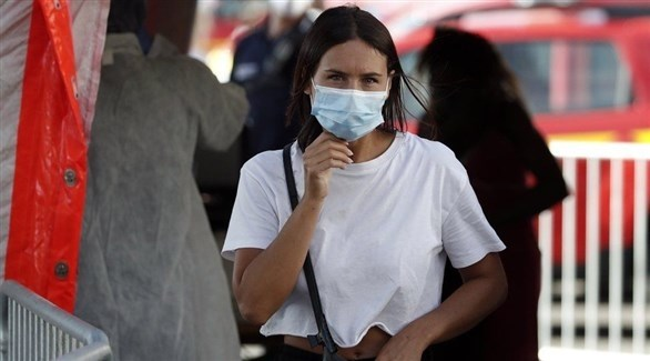 امرأة ترتدي كمامة في الشارع (أرشيف)