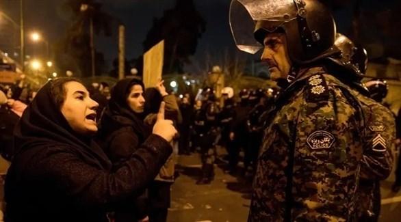 متظاهرة تواجه عناصر الشرطة وسط طهران (أرشيف / أ ب)